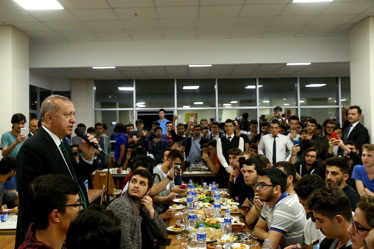 FOTO:AA - Erdoğan'ın ziyareti nedeniyle yurt görevlileri de alarma geçti. Cumhurbaşkanı'nın masasının başında elleri eldivenli görevlilerin beklemesi dikkat çekti.