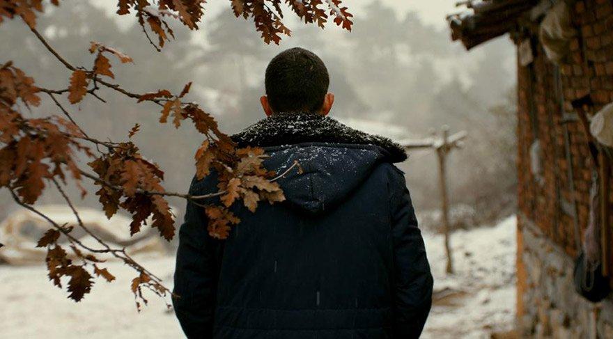 Anadolu'da doğduğu köye dönen genç adam kitabını bastıracak parayı bulmak için tüm enerjisini harcamaya başlar ancak babasının geçmişten kalan borçları başına dert olacaktır.