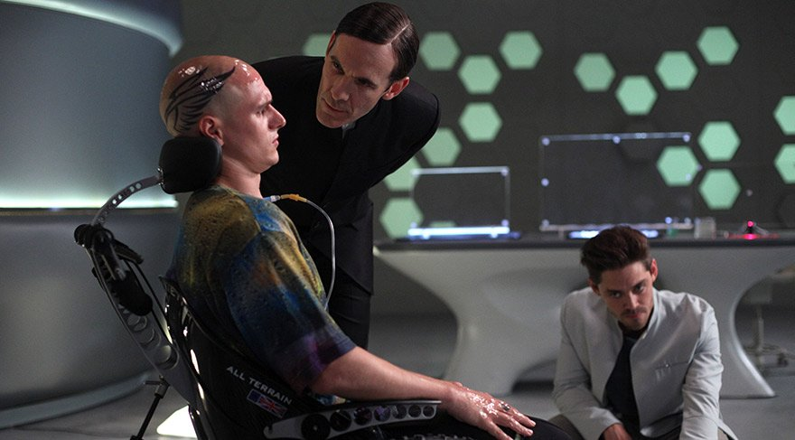 Bir grup genç ve parlak bilim insanı, bir kuantum bilgisayarı vasıtasıyla zihinlerini birbirine bağlayarak zihinsel gücün özgürce kişiden kişiye aktarılmasını sağlar.