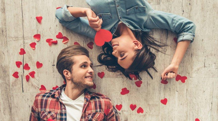 Terazi: İlişkisi olanlar gereksiz kıskançlıklar yüzünden kendilerini hırpalayabilirler, ilişkisi olmayanlar ise platonik aşklara yelken açabilirler. Ummadığınız birinden bir ilanı aşk durumu olabilir ve bu sizi çok şaşırtabilir. Hayatınızda kimse yok ise gerçekten ayaklarınızı yerden kesecek bir ilişki potansiyeli oldukça yüksek!