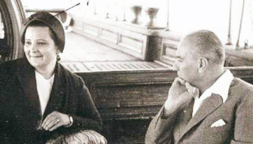Atatürk manevi kızı Prof. Afet İnan'la birlikte...