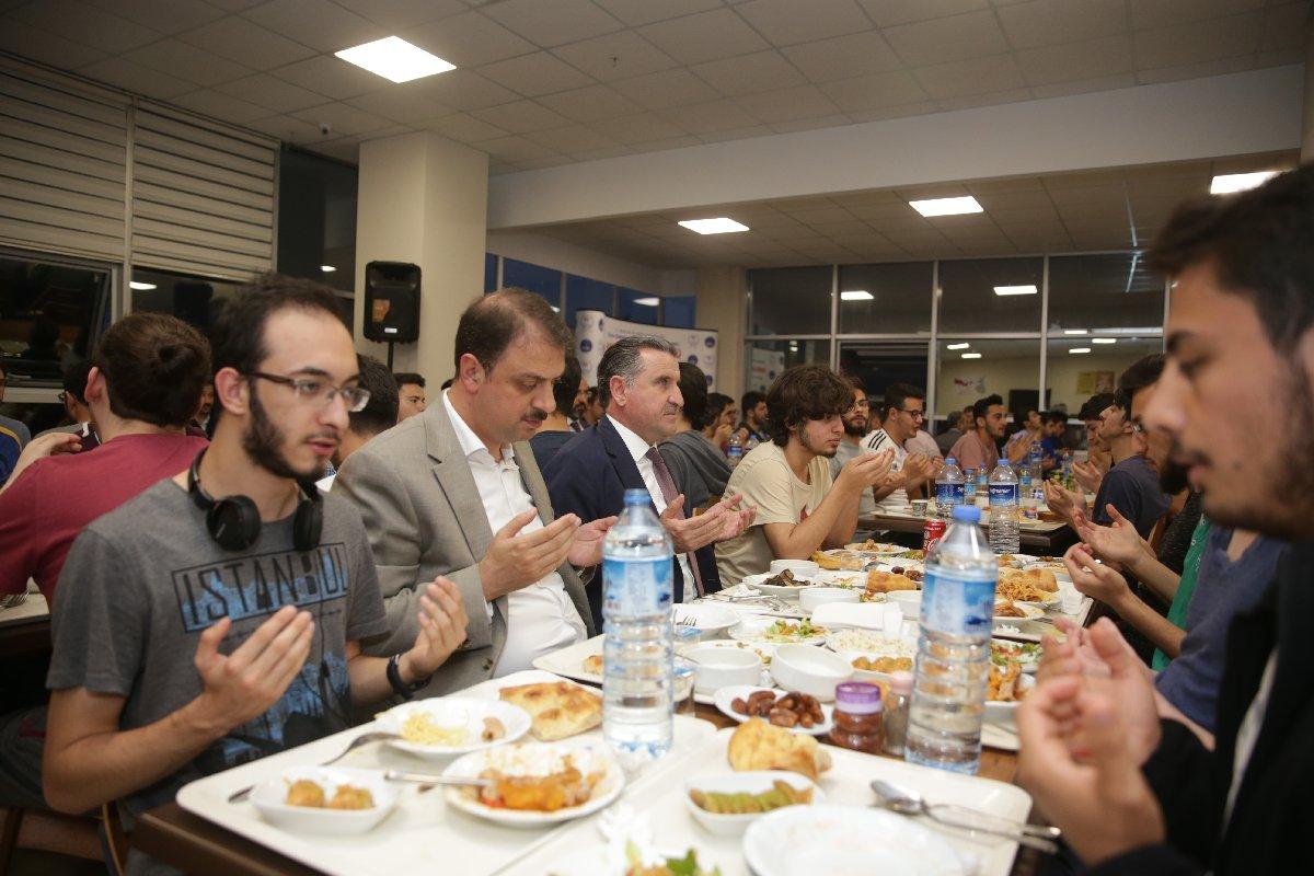 FOTO: İHA - Spor Bakanı Bak 21 Mayıs'ta aynı yurtta iftar yapmıştı.