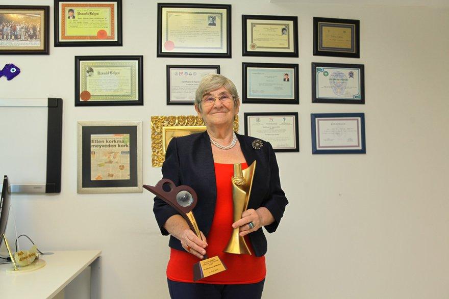 Canan Karatay her yıl birçok kurumdan 'Halkın nezdinde en güvenilir hekim' ödülünün sahibi oluyor.