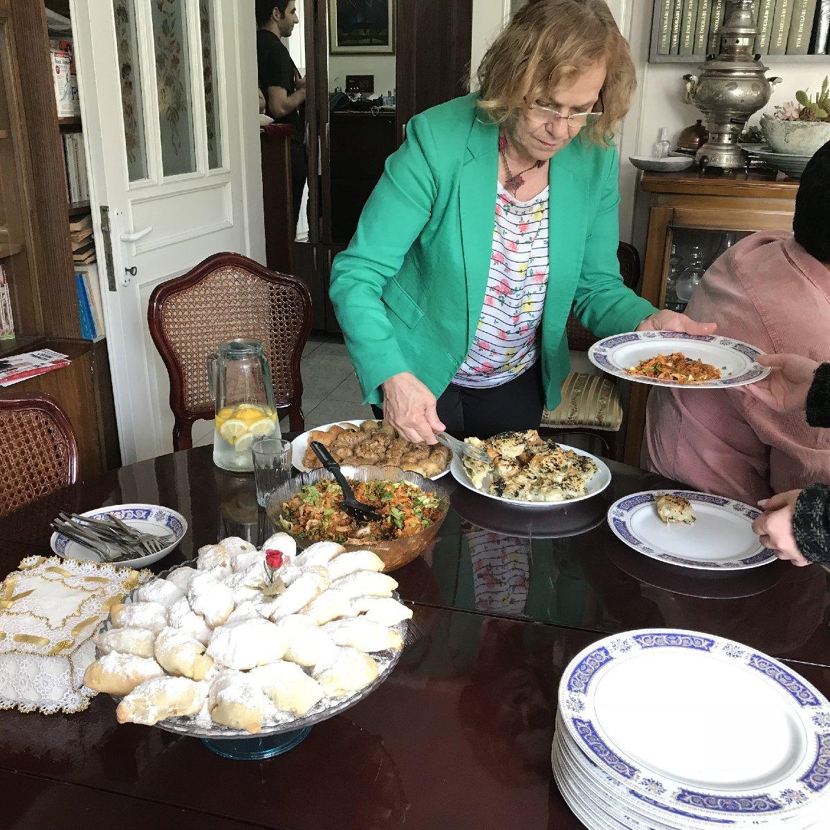 FOTO: SÖZCÜ - Şule Perinçek de kendi yiyecekleri ikramları gazetecilere ikram etti.