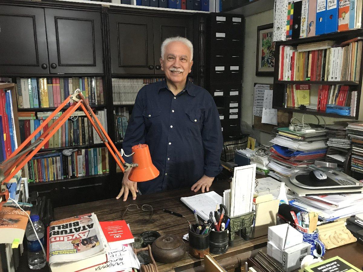 """FOTO:SÖZCÜ - Çalışma odasını gazetecilere açan Perinçek, """"10 binin üzerinde kitapları olduğunu ifade ederek """"Zenginliğimizin içinde yaşıyoruz"""" dedi."""