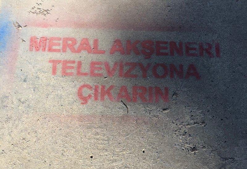 İYİ Parti taraftarları kaldırım ve duvarlara 'Meral Akşener'i televizyona çıkarın' yazarak Akşener'in televizyona çıkarılmamasına isyan etti.