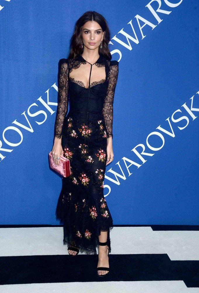 Emily Ratajkowski iki parçadan oluşan çiçekli kıyafeti ile kötünün iyisi bir stile sahipti...