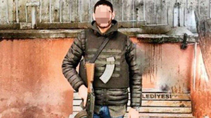 Karakolda uzun namlulu silahla fotoğraf çektiren şahıs polis değil vatandaş çıktı