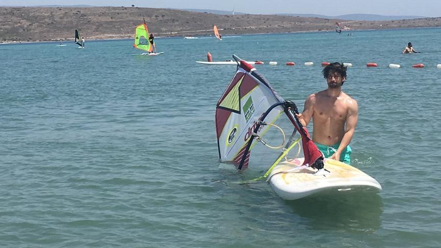 Alp Navruz, dizi setinden sörf tahtasına…