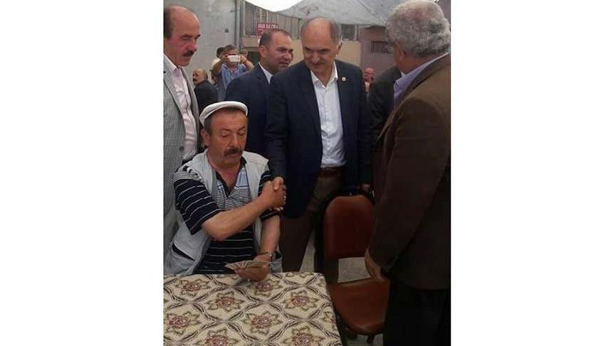 AKP'li vekilin elini sıktı istifini bozmadı!