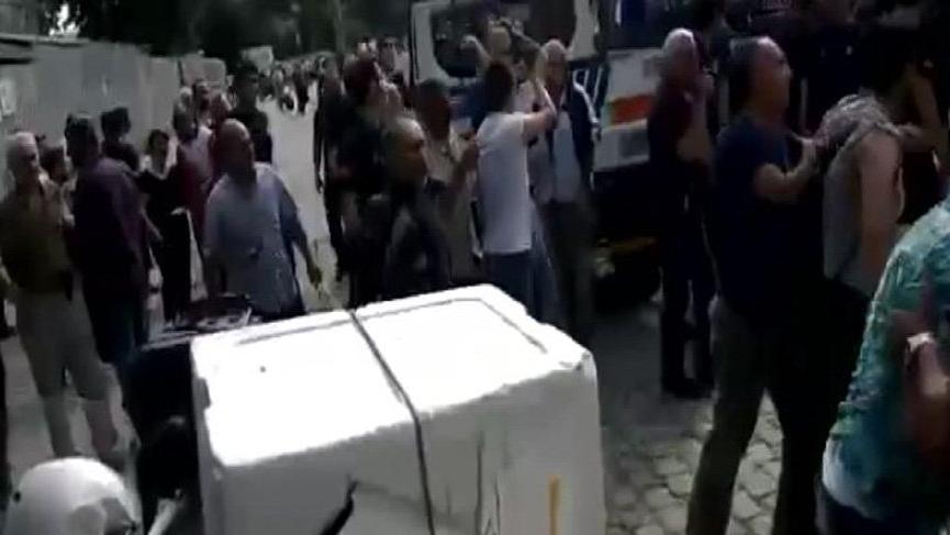 Beyazıt Meydanı karıştı.. Zabıtalarla seyyar satıcıların kavgası kamerada