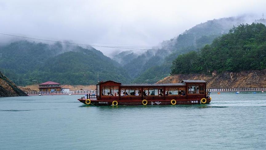 Çin'de elektrikli turist tekneleri hizmete başladı