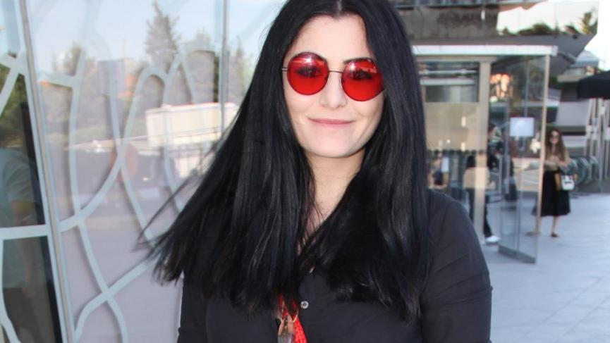 Kırmızı gözlüklü kadın