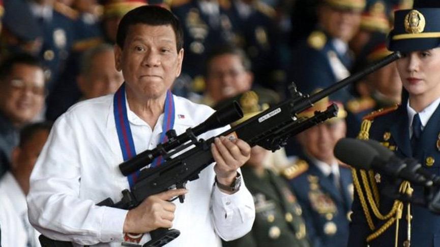 Duterte 'Tanrı aptal' dedi, şimşekleri üzerine çekti