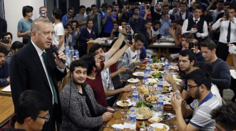 Erdoğan öğrencilerle sahur yaptı