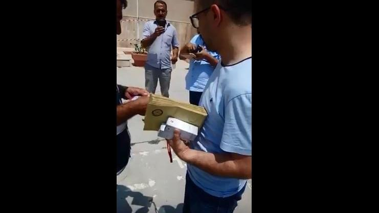 Elinde bir tomar seçim zarfıyla okula geldi!
