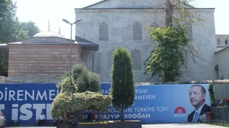 Eminönü'nde Osmanlı türbesine AKP afişleri asıldı