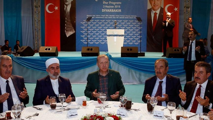 Erdoğan'ın toplantısındaki olay; Prompter kazası mı, korumaya tepki mi? İşte işin gerçeği...