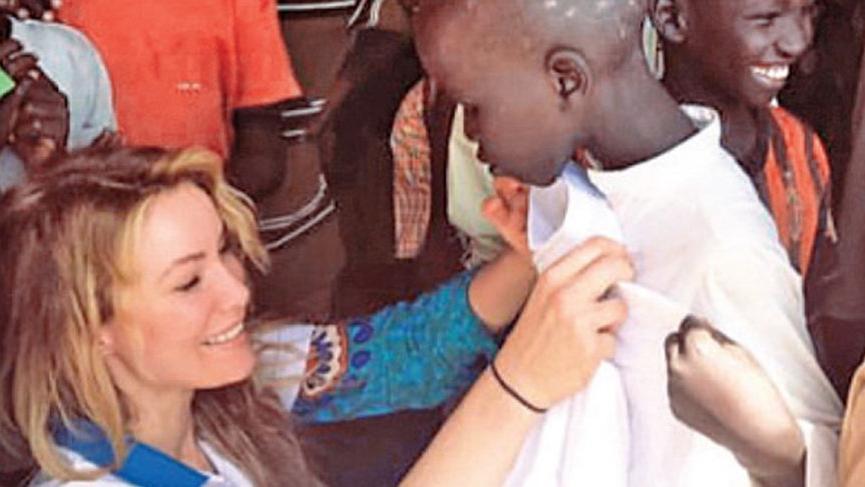 Gamze Özçelik Afrika'da bayramlık dağıttı