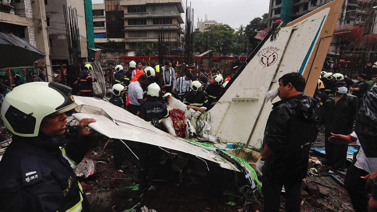 Hindistan'da şehre uçak düştü: 5 ölü