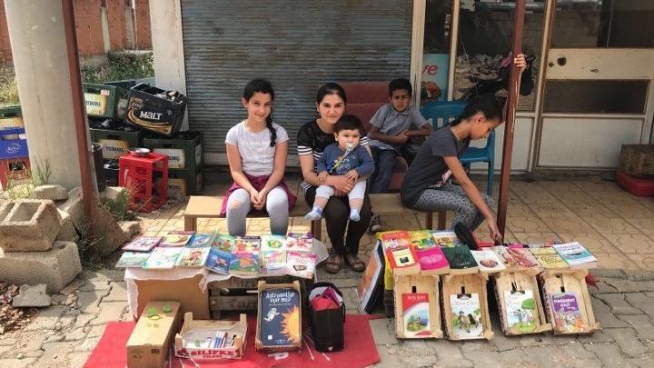 3 güzel çocuk… Topladıkları kitapları bedavaya dağıtıyorlar