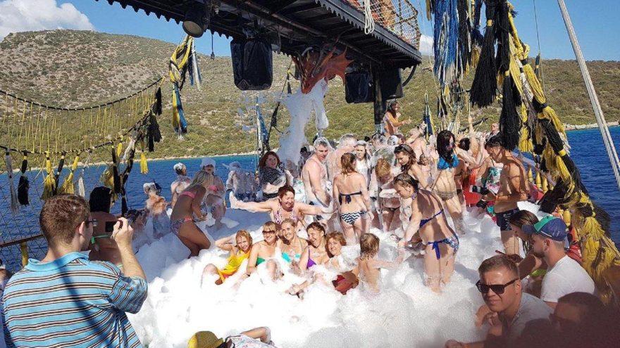 Marmaris'te teknelerde yüksek müzik ve köpük partisi yasaklandı