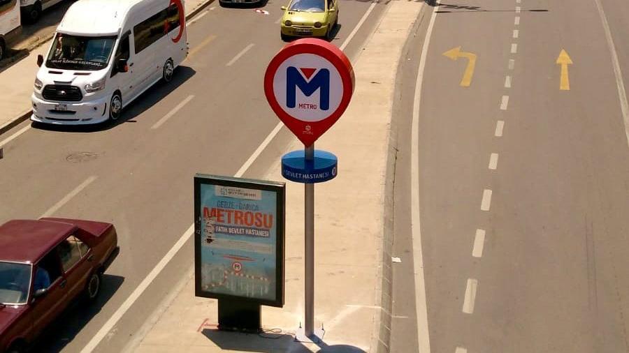 Gebze'de 'olmayan' metroya tabela!