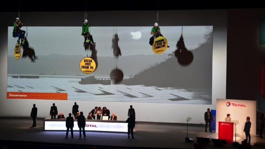 Greenpeace, akaryakıt şirketinin toplantısını bastı