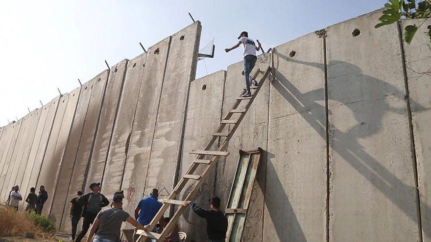 İsrail'den ibadet işkencesi… Cuma namazı için duvarları aşıyorlar