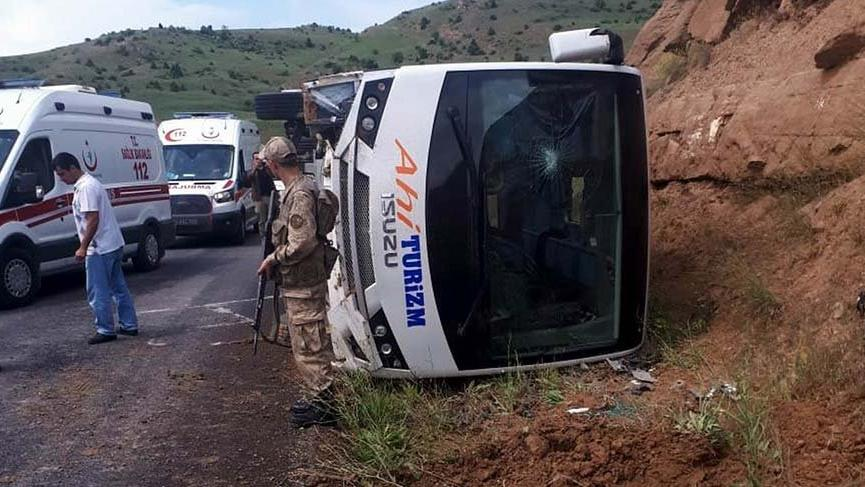 Erzincan'da polisleri taşıyan midibüs devrildi: 11 yaralı