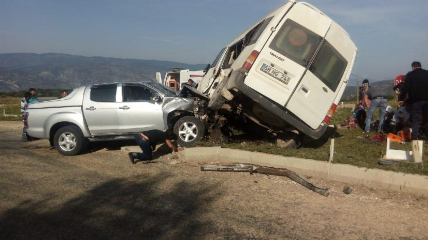 Sivas'ta yolcu minibüsüyle pikap çarpıştı: 1 ölü, 8 yaralı