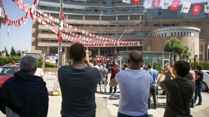 CHP önünde bu kez Kılıçdaroğlu destekçileri toplandı