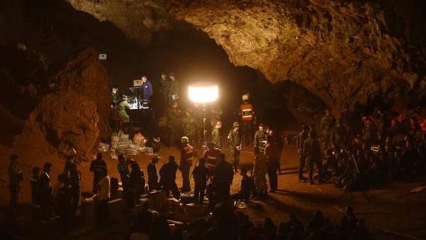 Tayland'da 12 genç futbolcu mağarada mahsur kaldı