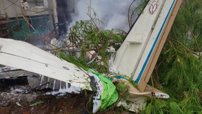 Hindistan'da uçak kazası… Binaların arasına düştü!