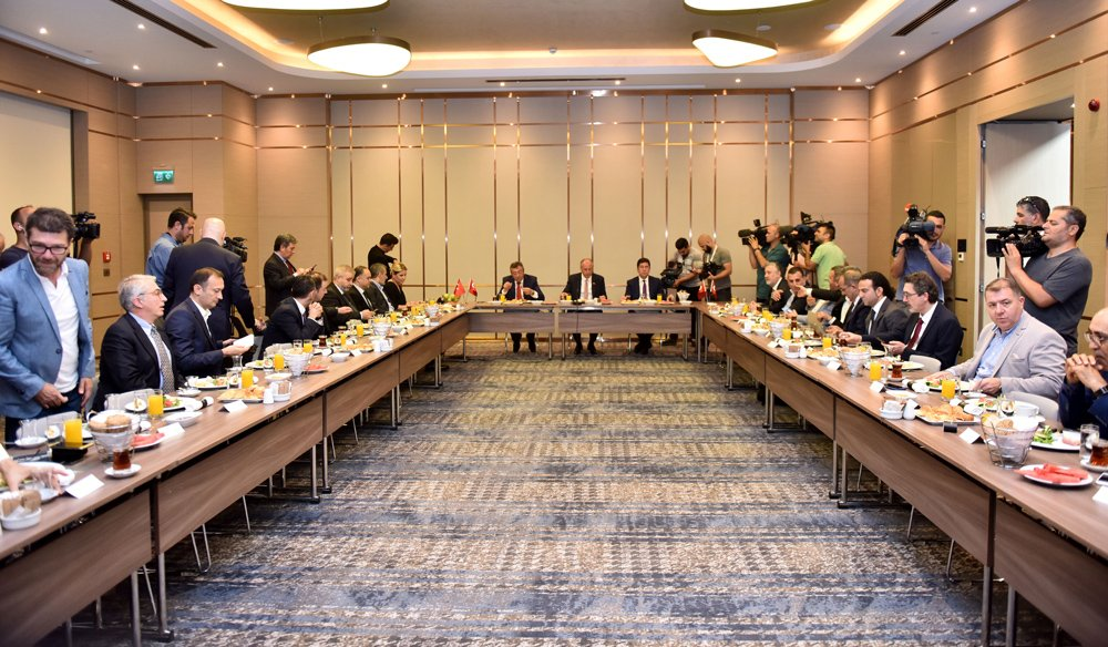 Muharrem İnce'ye, CHP Grup Başkanvekili Engin Altay ve Meclis Başkanvekili Yaşar Tüzün de eşlik ediyor.