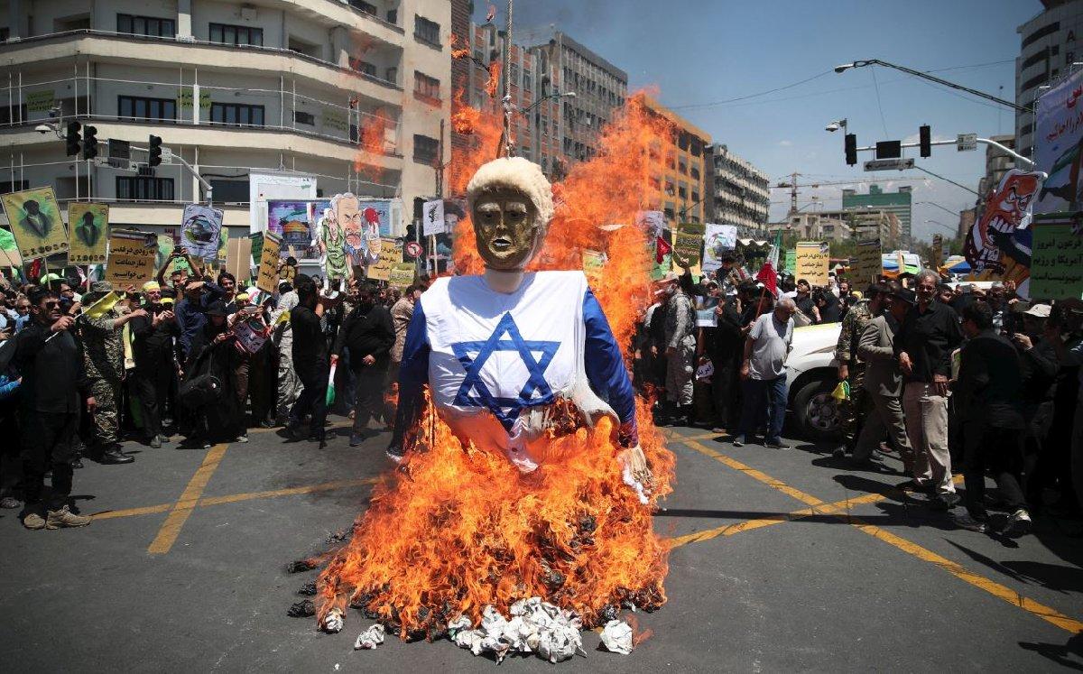 İran'ın başkenti Tahran'daki gösteride Trump'ın maketi yakıldı.