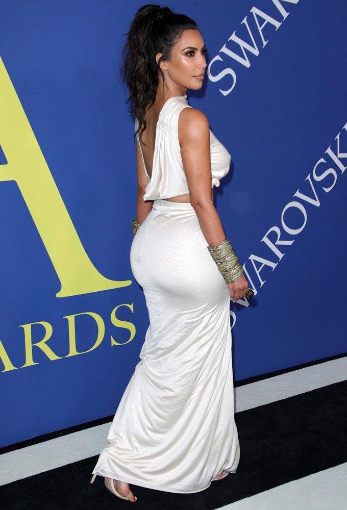 Kim Kardashian, pazartesi düzenlenen CFDA töreninde...