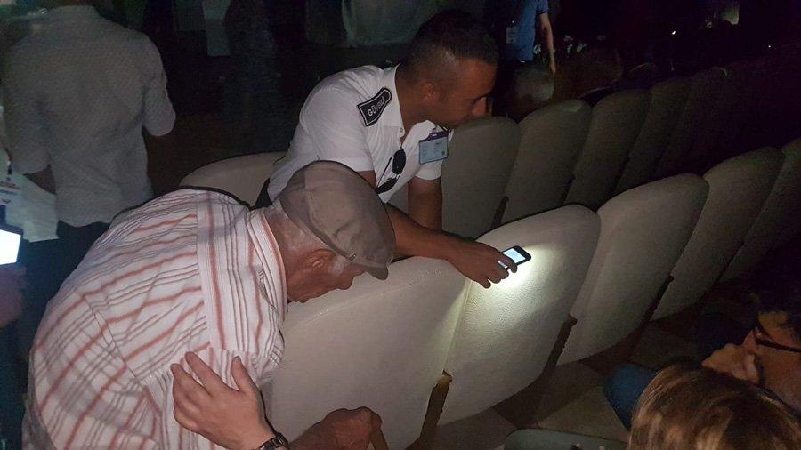 FOTO:İHA - Elektrik kesintisi yüzünden salondakiler de zor anlar yaşadı.