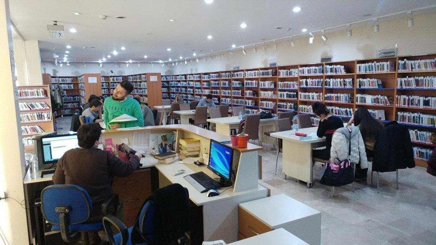 ÜNİVERSİTE KÜTÜPHANELERİ DE KAPANIYOR Üniversite kütüphanelerinin sayısı, 2016 yılında 2015 yılına göre yüzde 0,5 azalarak 552 oldu. Bu kütüphanelerdeki kitap sayısında da yüzde 0.1 oranında düşüş gözlemlendi.