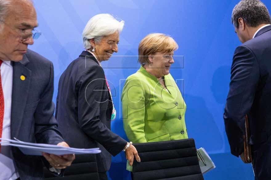 Almanya Başbakanı Angela Merkel, OECD Genel Sekreteri Angel Gurria (solda) ve IMF Başkanı Lagarde (soldan ikinci) ile bir araya geldi.