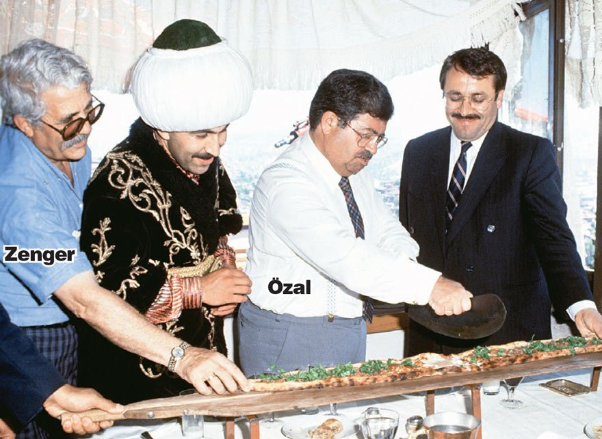 Tarih 1992... Yer Ankara'daki Zenger Paşa Konağı... Özal, ozganizasyon danışmanlığını üstlenen Zenger'in hazırladığı pideyi keserken...