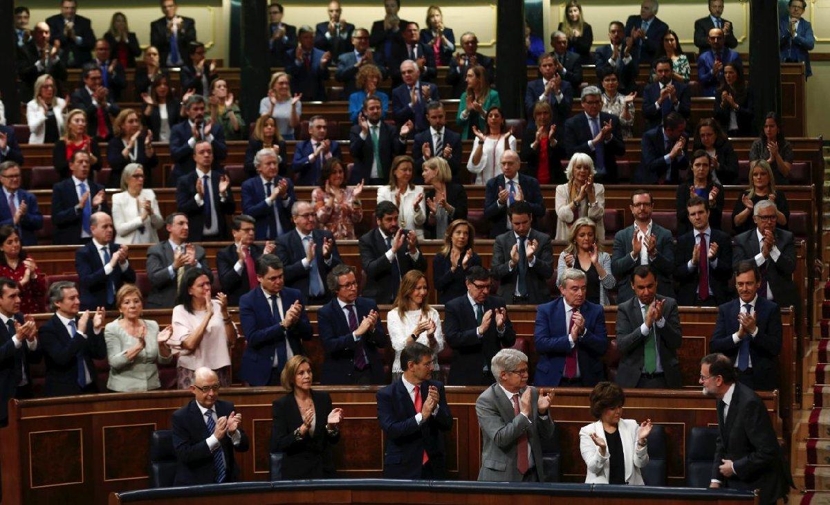 Rajoy konuşma yaptıktan sonra partilileri tarafından ayakta alkışlandı.