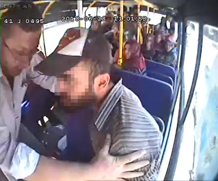 Kocaeli'nin İzmit ilçesinde, otobüste yüksek sesle telefonla konuşan kişi (sağda, şapkalı) ile bu nedenle kendisini uyaranlar arasında yaşanan tartışma ve arbede sırasında fenalaşan otobüs şoförü, kaldırıldığı hastanede hayatını kaybetti. FOTO:AA