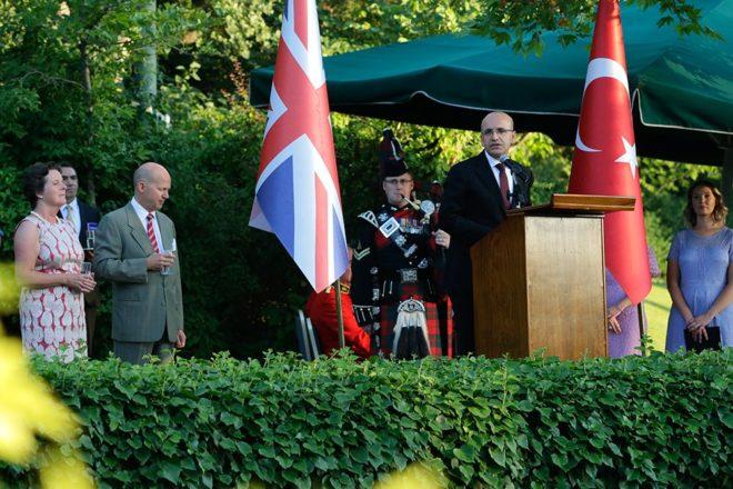 Mehmet Şimşek resepsiyonda bir konuşma yaptı.