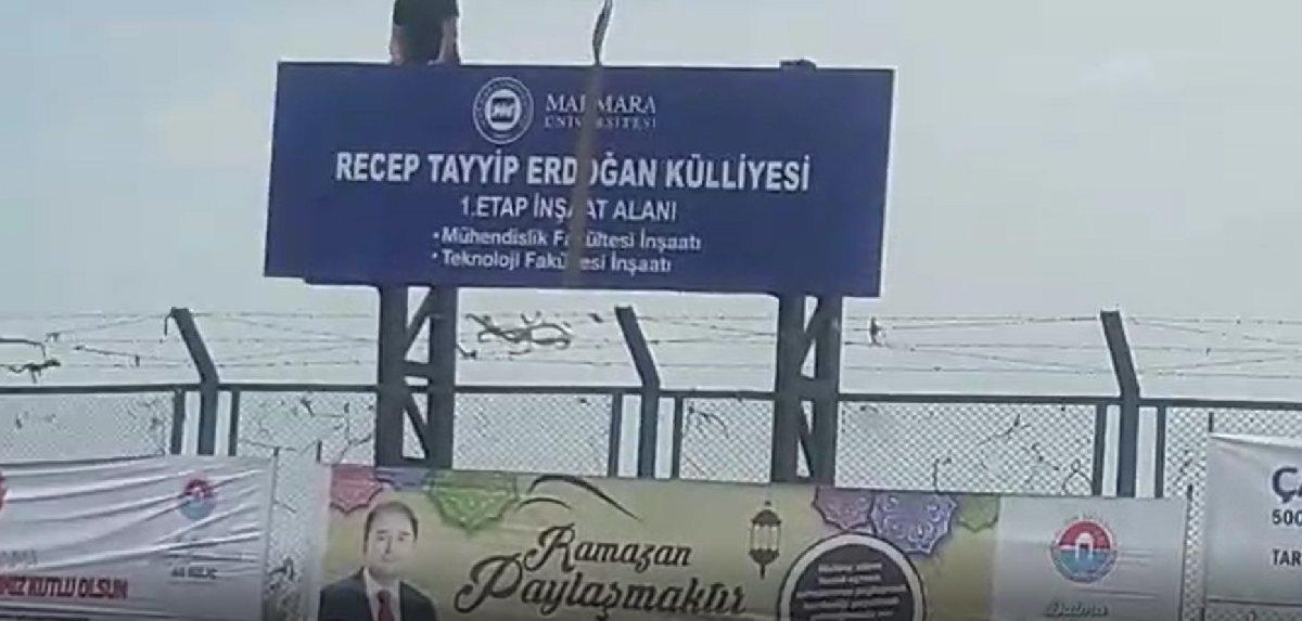 """""""Marmara Üniversitesi Recep Tayyip Erdoğan Külliyesi 1. Etap İnşaat Alanı"""" yazılı tabelanın Maltepe Kenan Evren Kışlası'na yerleştirilmesi sırasında çekilen bir görüntü sosyal medyada tartışma yaratmıştı."""