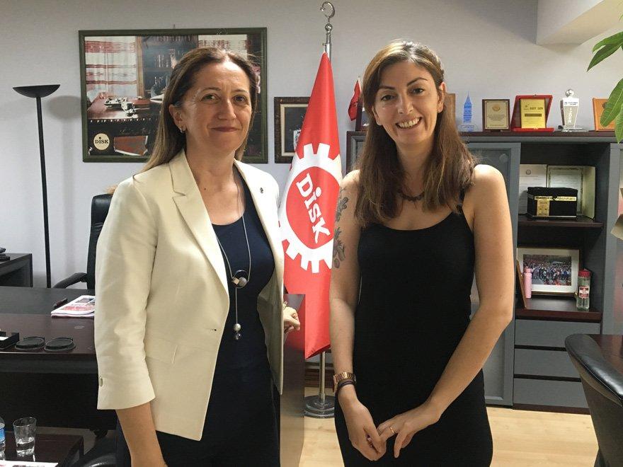 DİSK'in çiçeği burnunda Başkanı Çerkezoğlu (solda), arkadaşımız Mehtap Özcan Ertürk'e değerlendirmelerde bulundu.