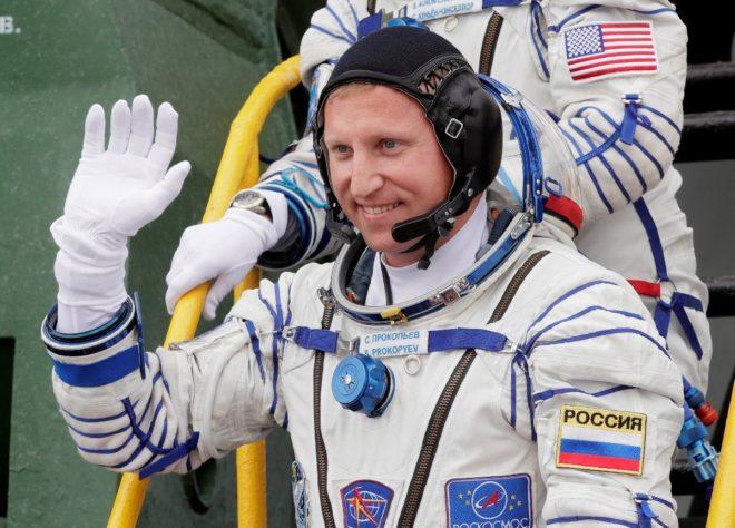 Sergey Prokopyev görev öncesi veda ederken.