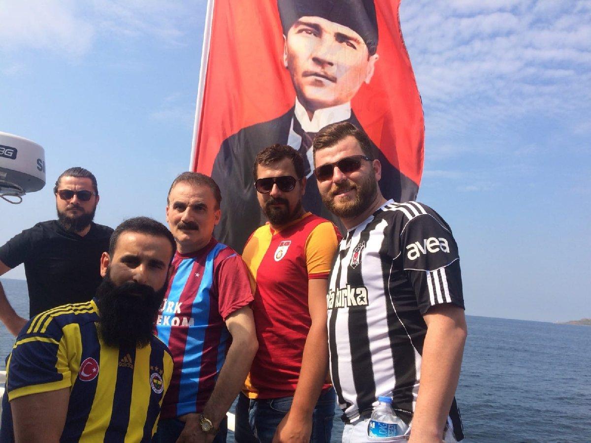 Maltepe mitingine giden bir teknede dört büyük takımın taraftarları birlikte böyle poz verdi.