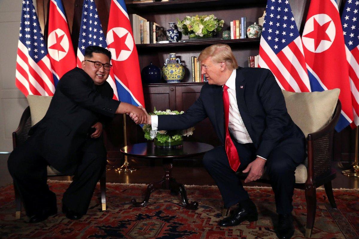 """""""Kim, adeta Trump'a elini öpsün diye uzatıyor."""""""