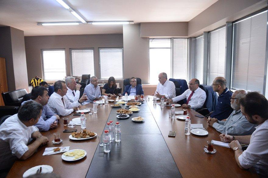 """KISA VADEDE KEK KAZANDI AMA KUANTUM MUTLAKA KAZANACAK Cumhurbaşkanı Erdoğan'ın bedava kek dağıtılacak olan kıraathane vaadine göndermede bulunan İnce, """"Kısa vadede kek kuantumu yenmiş gözükebilir. Ama uzun vadede kekin kuantumu yenmesi mümkün değildir. Mutlaka kuantum kazanacaktır"""" diye konuştu."""